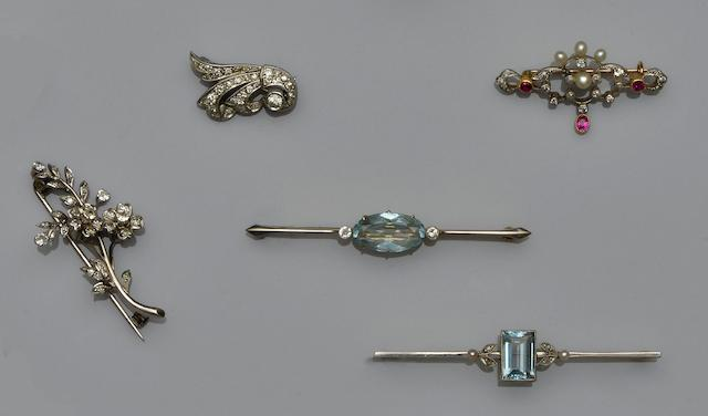 A collection of five brooches (5)
