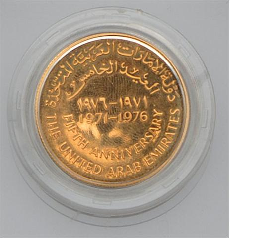 A United Arab Emirates commemorative 1000 Dirham gold coin and a 500 Dirham gold coin (2)