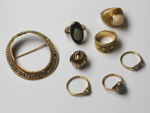 A small collection of jewellery, (8)
