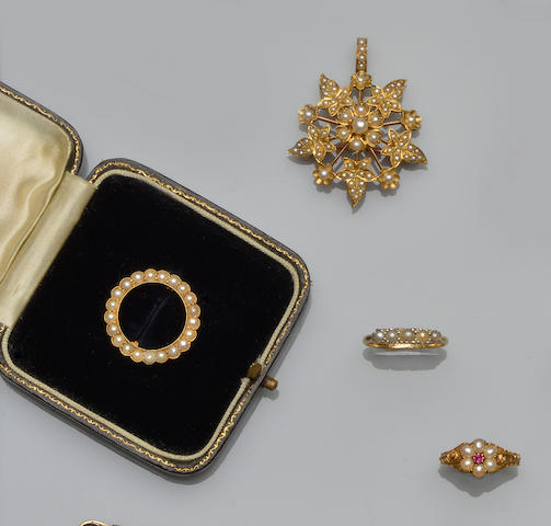 A small collection of jewellery