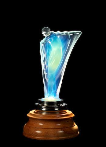 Mascotte «Nu Drapé» en verre opalescent par Lucile Sevin pour Etling, fabrication Française, introduite en 1932,
