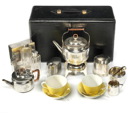 Beau nécessaire à thé et de pique-nique Christopher Dresser pour deux personnes par James Dixon & Co, fabrication Britannique, circa 1913,