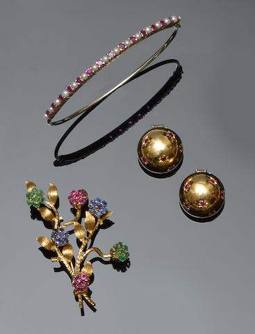 A vari gem-set spray brooch, a pair of earclips and a bangle (3)