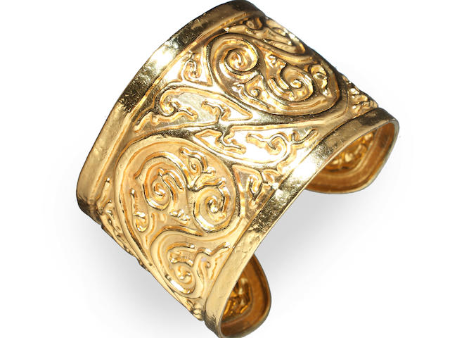 Ilias Lalounis: An 18ct gold cuff bangle (5)