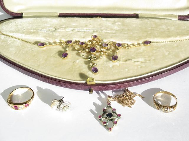 A small collection of jewellery (qty)