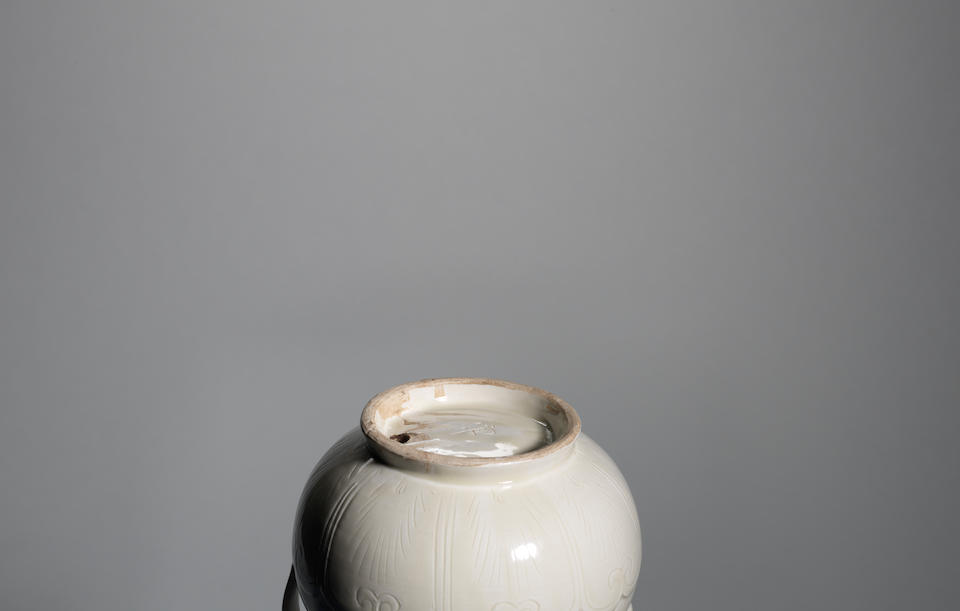 A very rare guan-marked Dingyao moulded ewer and fixed cover, daozhuanghu Northern Song Dynasty