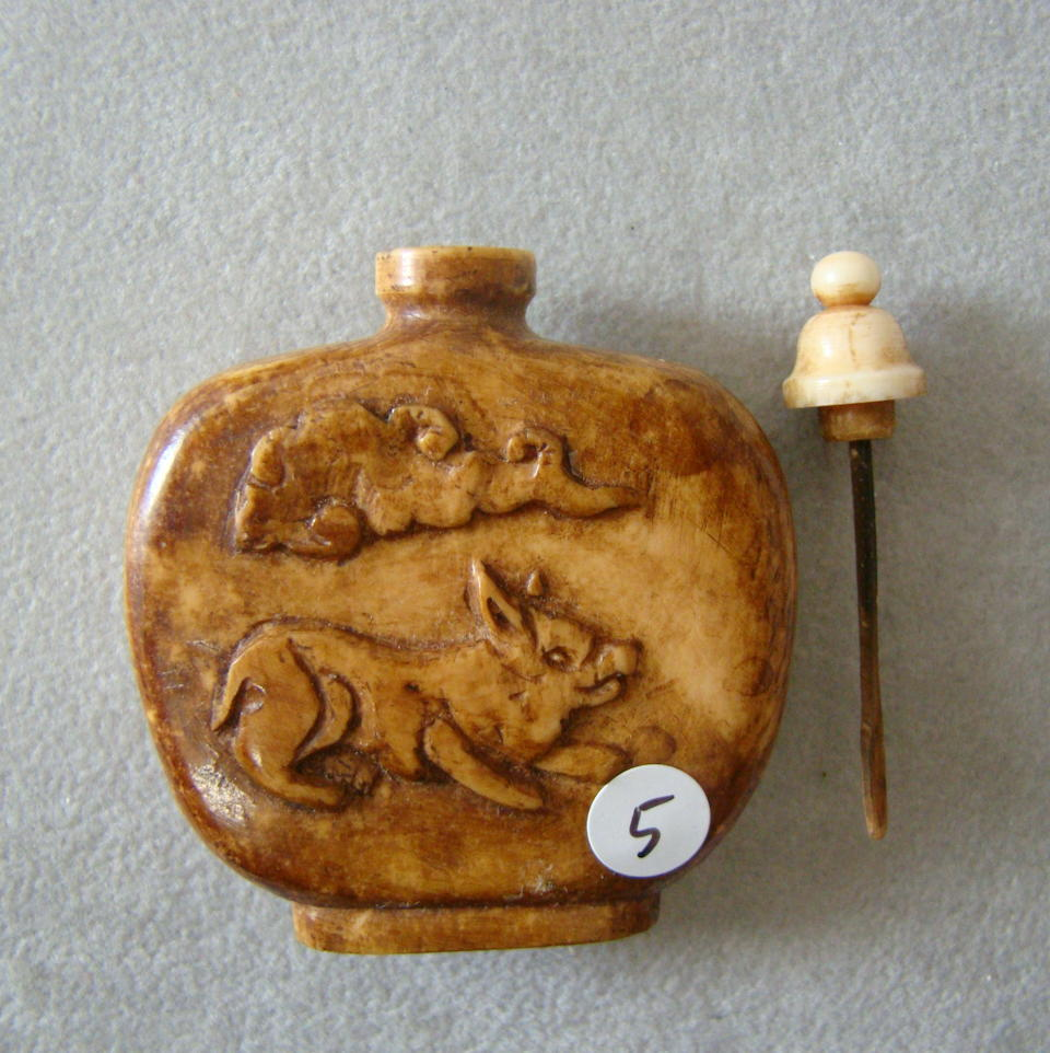 Six Chinese smoked-and-tinted ivory snuff bottles Late Qing Dynasty (6)