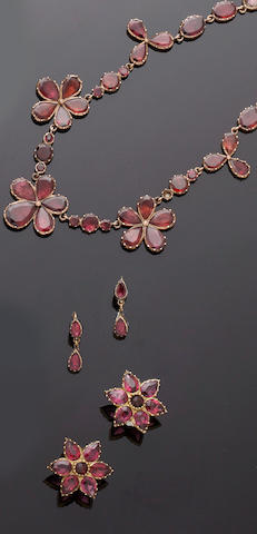 A 19th century garnet necklace and similar earrings (3)