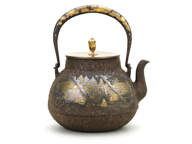 An inlaid iron tetsubin (iron kettle) and cover By a member of the Amemiya family for the Kinjudo Company, Meiji Period (2)