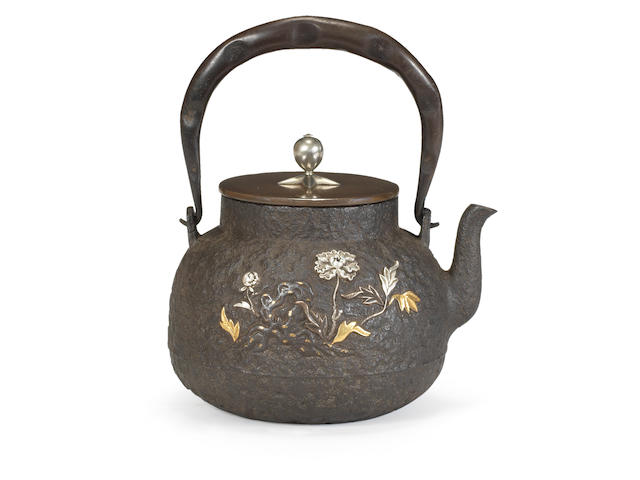 An inlaid tetsubin (iron kettle) with bronze en-suite cover By the Kinjudo Company, Meiji era (1868-1912) (2)