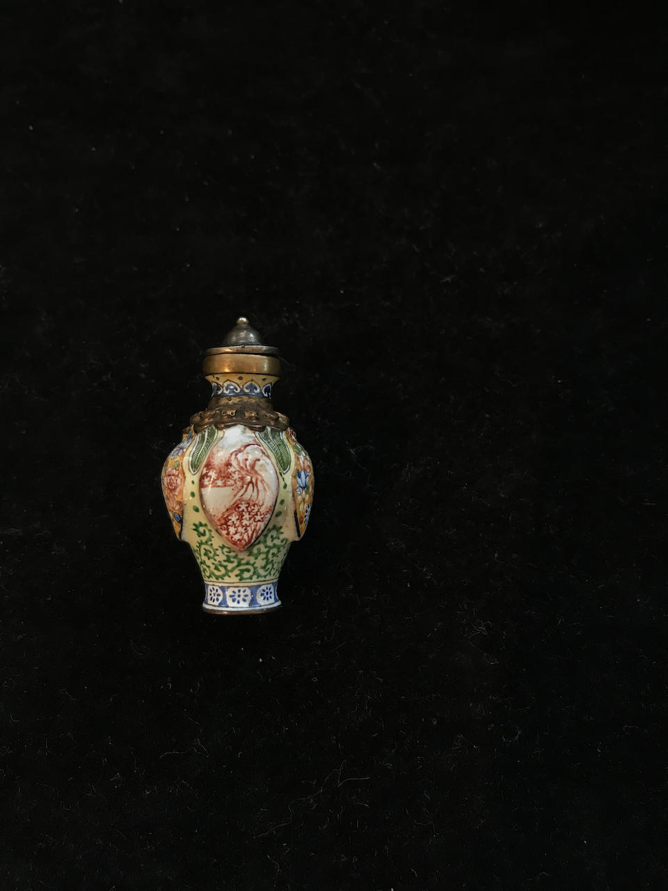 A Chinese miniature painted enamel snuff bottle Qianlong four-character mark