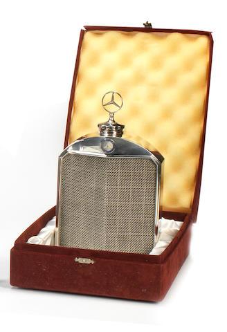 Carafe en forme de radiateur Mercedes-Benz dans son coffret par Classic Stable Ltd,