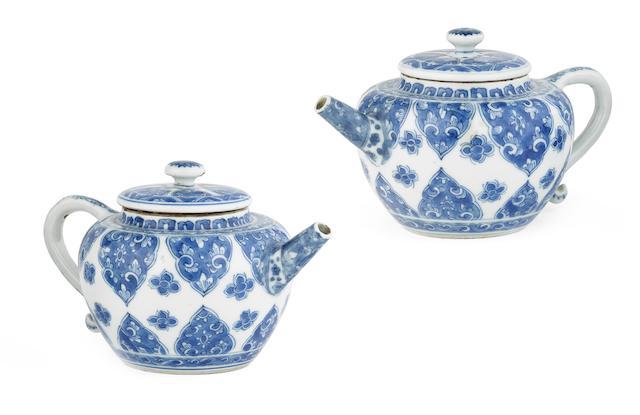 A pair of blue and white teapots and covers Kangxi (4)