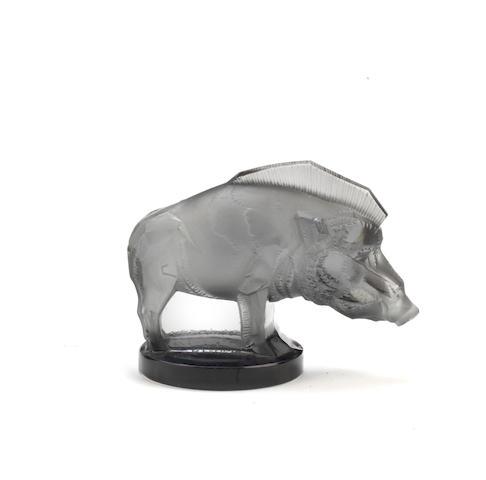 Mascotte « Sanglier » en verre fumé par René Lalique, fabrication française, introduite le 3 octobre 1929