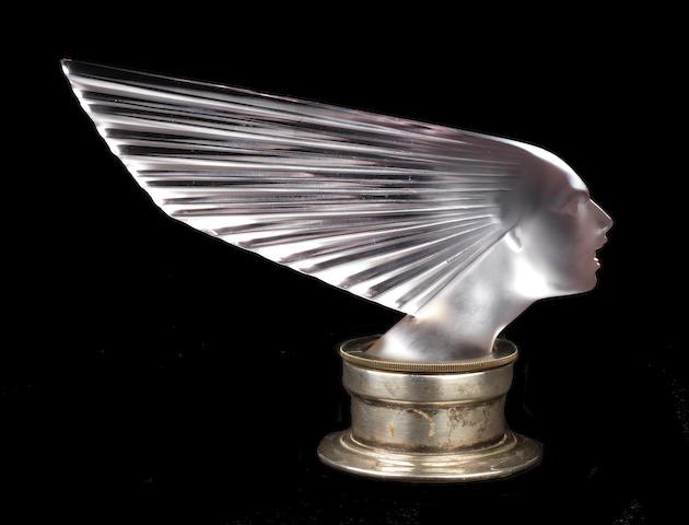 Belle mascotte « Victoire » teintée améthyste par René Lalique, fabrication française, introduite le 18 avril 1928,