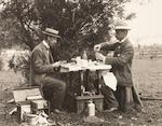 Grande et impressionnante mallette de pique-nique en osier avec table combinée par G. W. Scott & Sons de Charing Cross, circa 1900,  ((6))