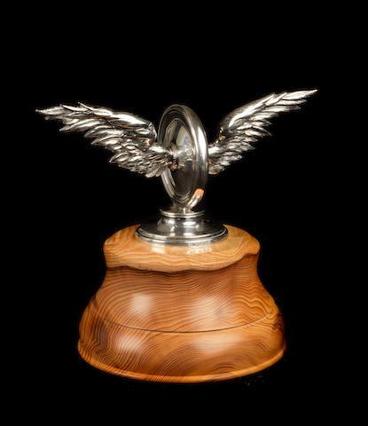 Belle mascotte automobile « Roue ailée » créée sur commande spéciale, en argent massif, par Garrard & Co. de Londres, 1919,