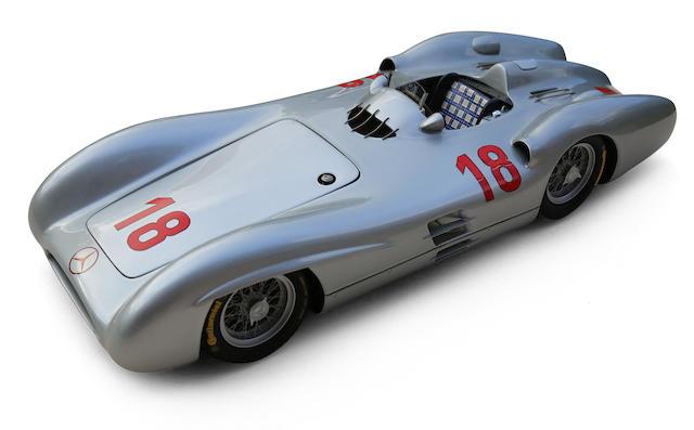 Modèle au 1/10e de la Mercedes W196 profilée victorieuse à Reims en 1954 par Patrice de Conto et Bertrand Bigaudet,
