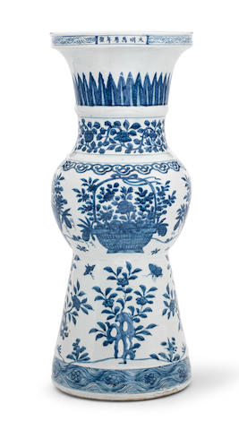 A RARE AND LARGE BLUE AND WHITE BEAKER VASE, GU