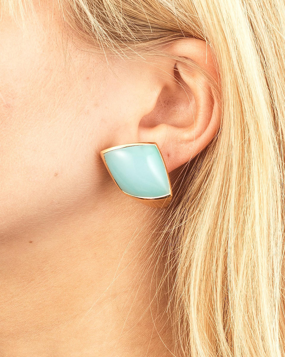 VHERNIER: CHALCEDONY 'BISQUIT' RING AND PAIR OF CHALCEDONY 'PLATEAU' EARCLIPS (2)